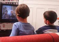 Una pareja ataba a sus hijos para que vieran televisión