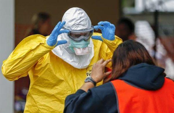 Cada mes tres infectados con Ébola viajan desde África