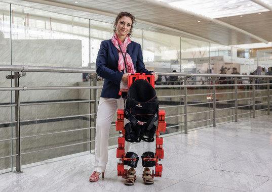 La ingeniera que sueña con hacer andar a los niños que van en silla de ruedas