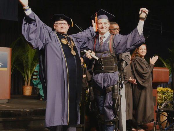 Confinado a una silla de ruedas, caminó durante su ceremonia de graduación