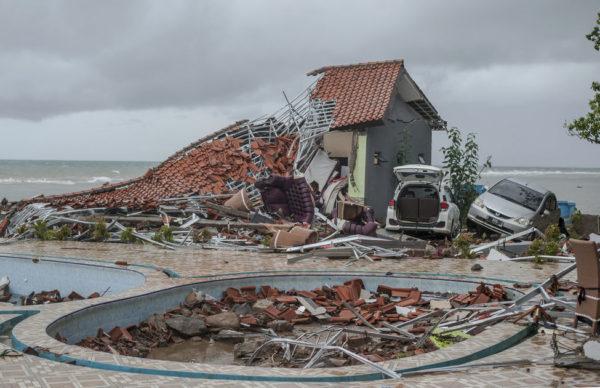 Tsunami deja 222 muertos, 843 heridos en Indonesia (+Videos)