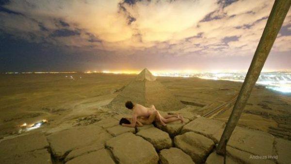 """VIDEO: Una pareja """"teniendo sexo"""" sobre una de las Pirámides de Guiza escandaliza Egipto"""