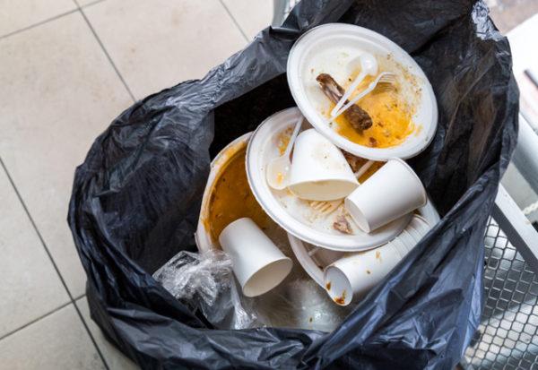 Hawaii estudia prohibir plásticos en los restaurantes