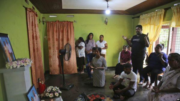 Con iglesias cerradas católicos de Sri Lanka escuchan misa por televisión