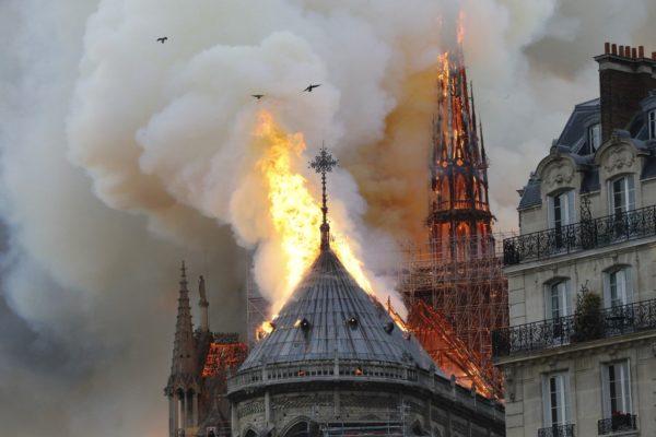 ÚLTIMA HORA: Terrible incendio desploma la emblemática Catedral de Notre Dame, en París (+Video)