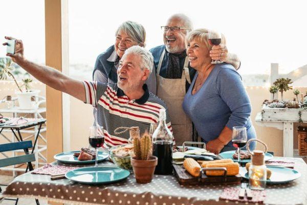 Así benefician las relaciones sociales a las personas mayores