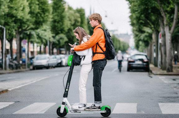 Diseñan asfaltos inteligentes para aumentar la seguridad de los patinetes eléctricos