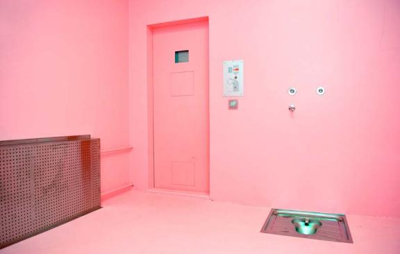Celdas pintadas de rosa ayudan a calmar la agresividad de los prisioneros en Suiza