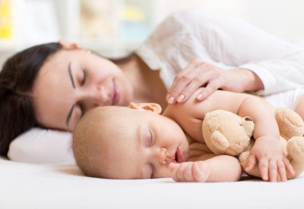 ¿Es mejor que los bebés duerman solos o acompañados?