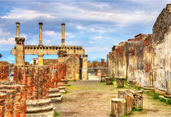 Arqueólogos hallan una antigua carroza en Pompeya