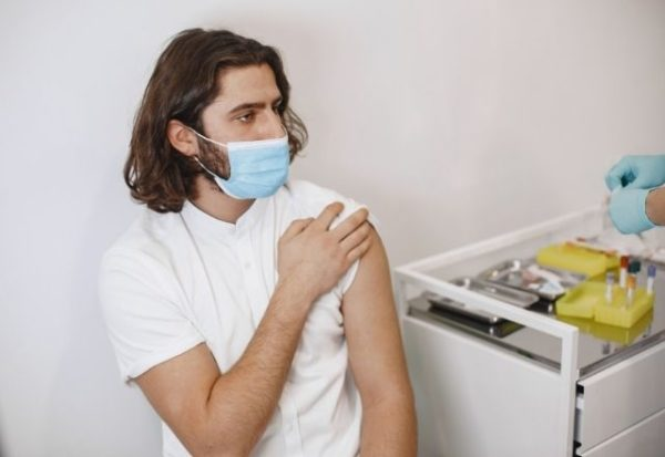 Algunas personas no sufren efectos secundarios al vacunarse, pero también están protegidas