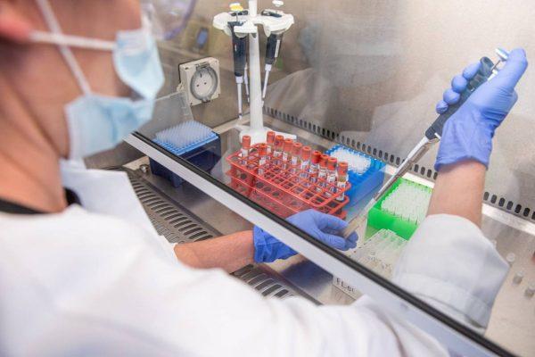 ¿Qué podemos aprender de la liberación de los tratamientos del VIH en la covid-19?