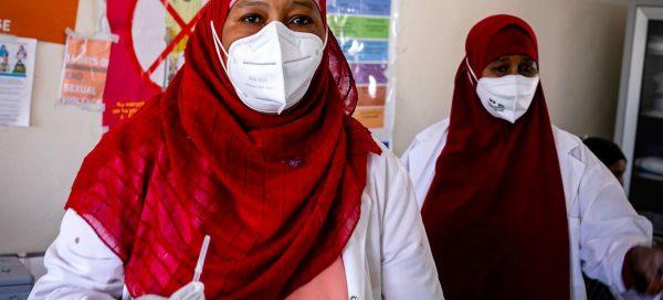"""La crisis de vacunas COVID-19 denota """"una desigualdad espantosa que perpetúa la pandemia"""", alerta el jefe de la OMS"""